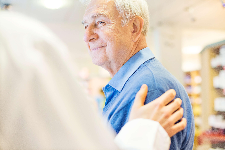 Schmunzelnder Senior in Tagesbetreuung in Baden-Baden