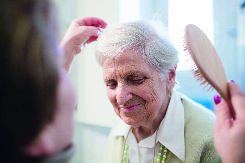 Pflege bedeutet einen Menschen bei den täglichen Verrichtungen zu unterstützen.
